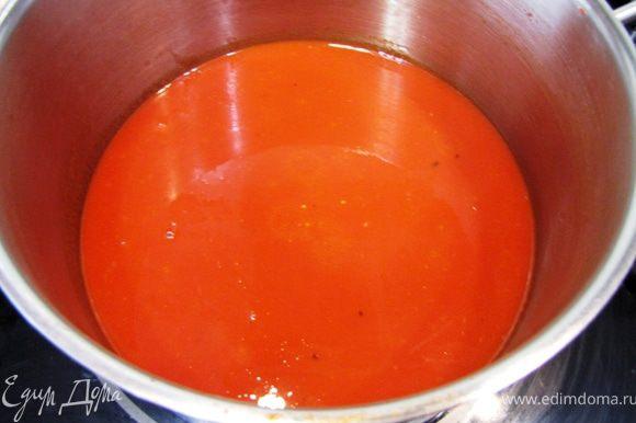 Поставьте соус снова на средний огонь и выпарите его до необходимой консистенции. У меня на это ушло еще пять минут. Посолите, поперчите перцем соус. Положите в соус нарубленные листочки базилика. Выключите огонь и переложите соус в емкость с крышкой. Такой соус можно хранить в холодильнике около недели.