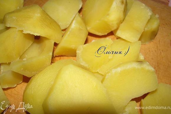 Картофель чистим, отвариваем почти до готовности, даем остыть, режем на пластинки.