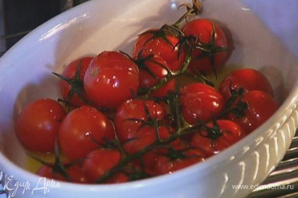 Помидоры выложить в форму для выпечки, посолить, поперчить, сбрызнуть 2‒3 ст. ложками оливкового масла и отправить в разогретую духовку на 10−15 минут.