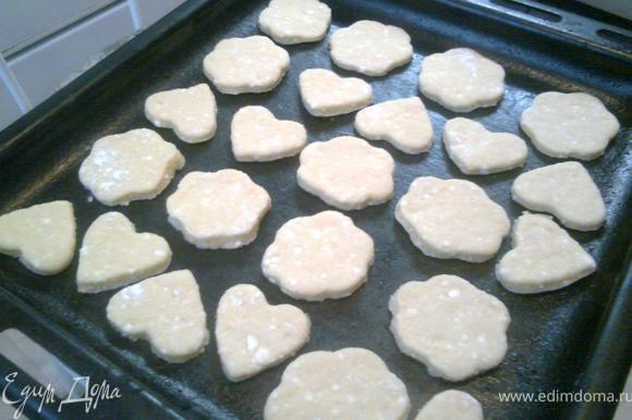 Разложите печенья на противень смазанный маслом и выпекайте при 200*С до золотистого цвета.
