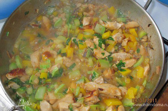 Добавляем лимонный сок, солим, перчим, сахарим и добавляем зелень. Тушим 2-4минуты. Разогреваем бульон и добавляем в него всё что готовили в сковороде. Готовим в кастрюле 5 минут.