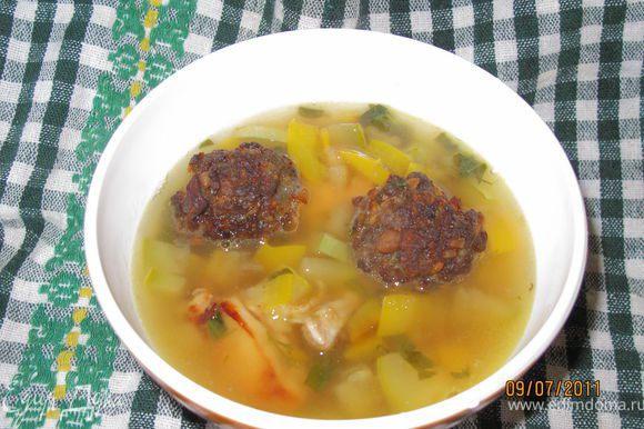 Сервируем. Наливаем суп в тарелку кладём туда фрикадели и приятного аппетита.
