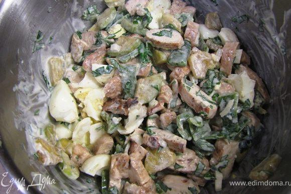 Порубите мелко репчатый лук и тоже положите в салат. Смешайте заправку и содержимое блюда. Можете добавить яйца и перемешать, а можете положить четвертинки яиц непосредственно в тарелки.