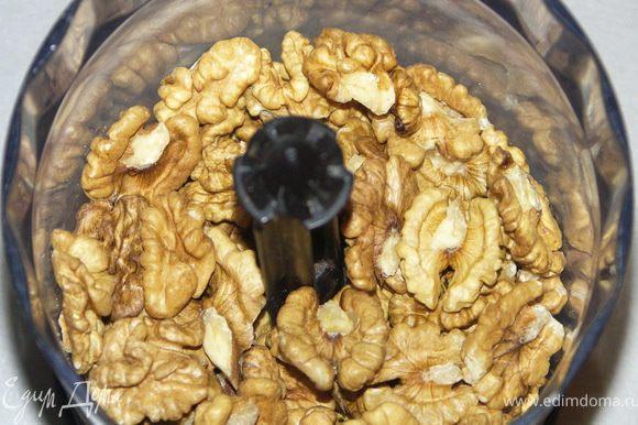 Орехи измельчить так, чтобы половина была мелко измолота, а вторая половина крупными кусочками.
