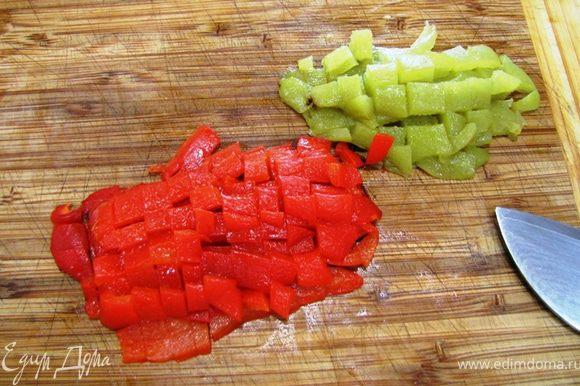 Порубите мелко помидоры. Если хотите, можете удалить семена. Лично я их оставил. Если у вас уже готов перец, достаньте его. Удалите кожицу и мелко порубите его.