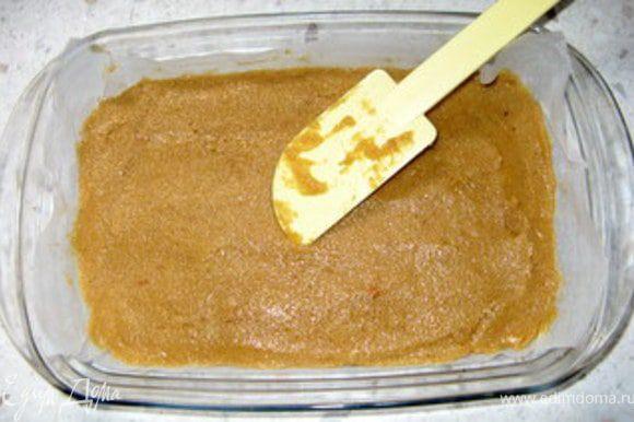 Взбить масло с 150 гр сахара минут 10.Добавить одно яйцо, миндальную и обычную муку,раскрошенное печенье и щепотку соли. Переложить получившийся крем в форму для выпечки и разровнять лопаткой.