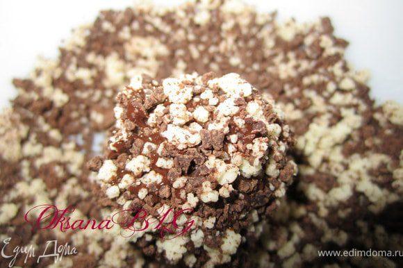 Оставшийся шоколад измельчить или натереть на терке. И обвалять в нем конфеты.
