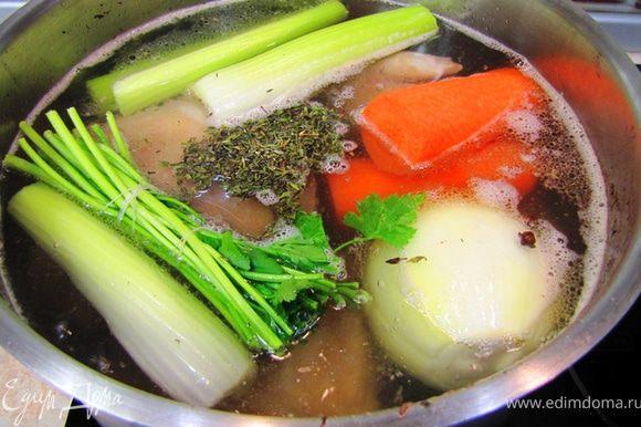 Все овощи и травы положите в бульон, а имено: лук с гвоздикой, сельдерей, морковь, букет гарни или другие травы, сушеный тимьян (чабрец). Немного посолите бульон.