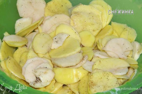 В глубокой миске картофель солим, перчим, добавляем мускатный орех.