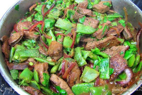 Порежьте зелень и положите ее в сковороду. Выключите огонь, добавьте свежемолотый перец и перемешайте. Дайте постоять минут пять, чтобы соки распределились по всем кусочкам. Подавайте на стол.