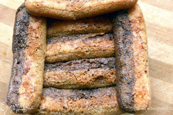 Печенье на несколько секунд опустить в кофе (я люблю, чтобы они были влажные-влажные, тогда десерт не будет сухим), выложить поверх крема.