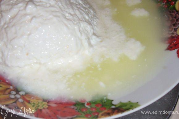 На весах -масса творога вместе с сывороткой -813 г.(вес тарелки -320 г)...творог вместе с сывороткой*493 г......А из сыворотки получаться вкусные блинчики по рецепту http://www.edimdoma.ru/recipes/32520