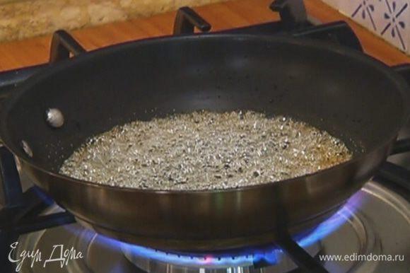 Приготовить карамельный соус: на разогретой сковороде соединить сахар и 50 мл горячей воды и, периодически встряхивая сковороду, сварить карамель.