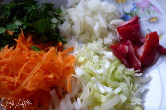 Приготовим соус:лук репчатый нарезать мелким кубиком,лук порей-полукольцами,морковь натереть на крупной терке,перец нарезать соломкой.