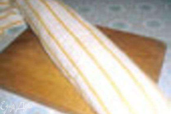 Готовый бисквит опрокинуть на посыпанное сахаром, полотенце. Снять бумагу. Свернуть И дать остыть.