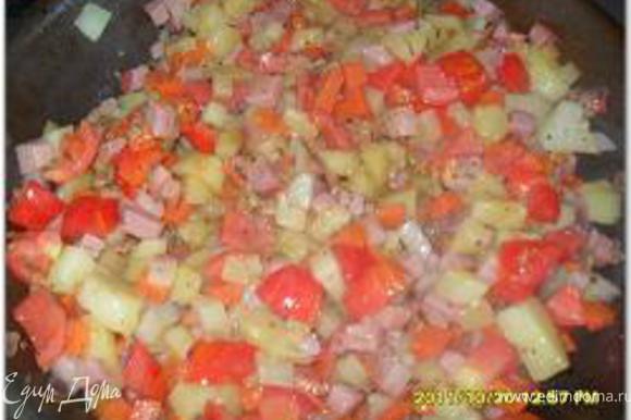Затем добавить вареный картофель, нарезанный мелкими кубиками, нарезанные помидоры, размешать и довести до кипения.