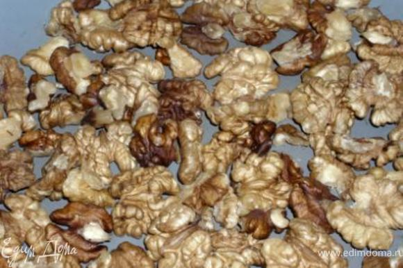 Орехи прокалить на сковороде и крупно порубить.
