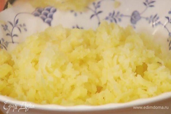 Картофель отварить в мундире, затем почистить и натереть на крупной терке.