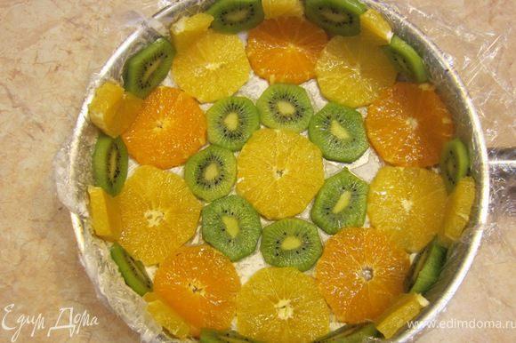 Теперь выложите красиво диски фруктов, чередуя апельсины с киви и диски апельсинов, если они разного цвета. За счет масла они замечательно прилипнут к форме. Я не стал укладывать апельсиновые диски внахлест, но это будет тоже замечательно.