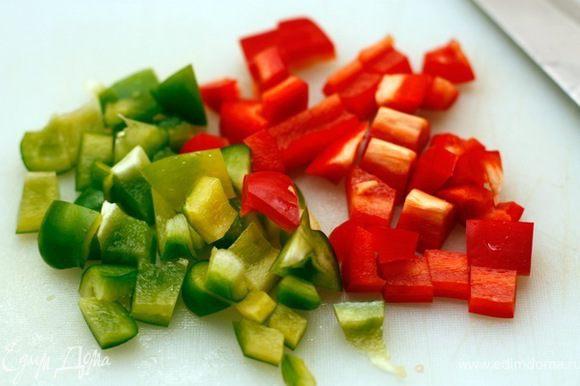 Разноцветный перец очистите от семян, нарежьте кубиками.