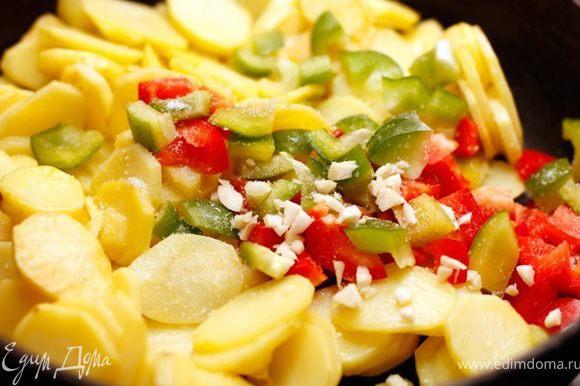 Добавьте в сковороду перец, измельченный чеснок, посолите и поперчите.