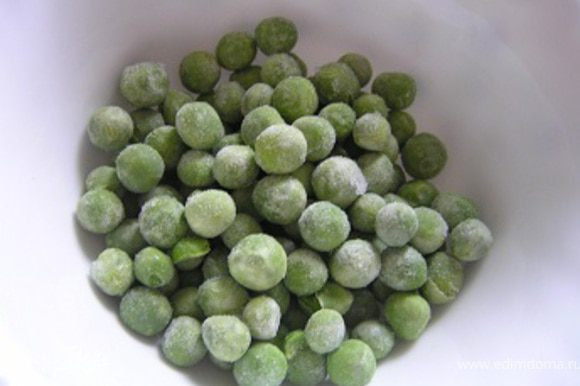 Разморозить зеленый горошек.