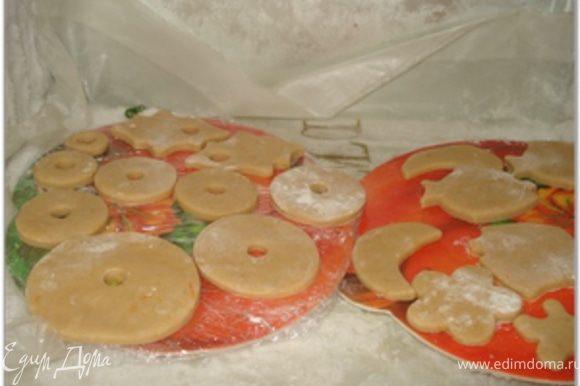 Затем вырезанные фигурки кладем в морозилку, чтобы они немного схватились и при выпечки не оплывали сильно.