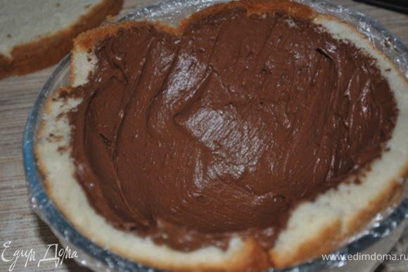 Полученным кремом обмазать бисквит, оставляя серединку пустой. Поставить в холодильник на полчаса для застывания.