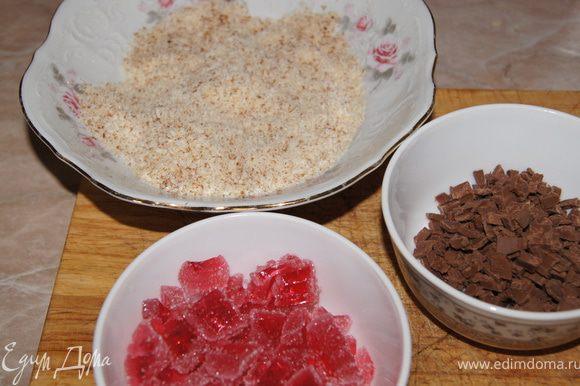 Для начинки мармелад и шоколад нарежьте кусочками.