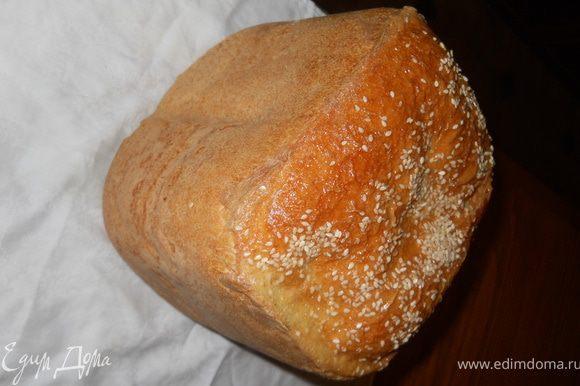 За 15 мин. до завершения приготовления открыть хлебопечку, смазать хлеб взбитым яйцом ,присыпать сверху конжутними семенами. Закрыть хлебопечь дождаться завершения выпекания.