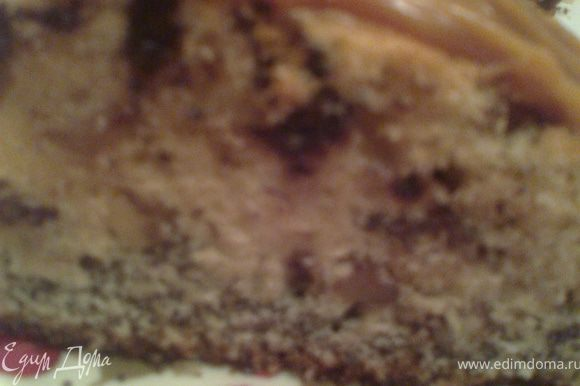 При желании можно украсить кекс варёной сгущёнкой.Она не будет лишней,т.к.тесто не очень сладкое,всё в меру.