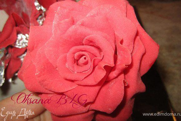 Для украшения торта, предварительно нужно подготовить крупную красную розу. Остатки красной мастики оставить для лепестков.