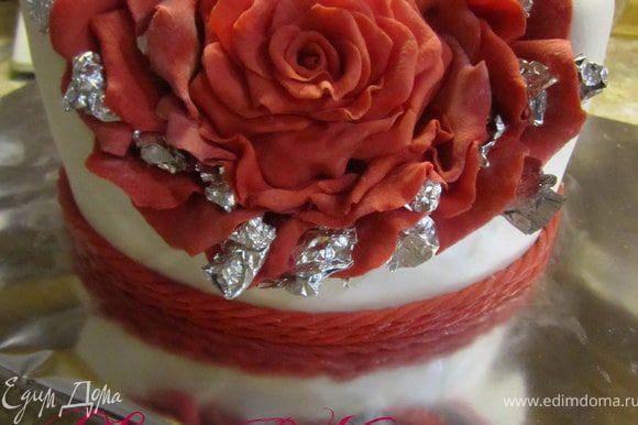 Добавить красную полоску по низу торта. Поставить в холодильник на 2-3 часа.