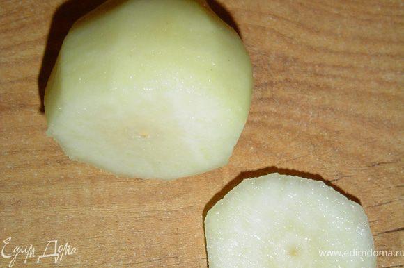 Груши очистить от кожуры, аккуратно срезать донышко (сохранить) и осторожно удалить серединку, затем груши сбрызнуть лимонным соком, чтобы они не потемнели. Размягченное масло растереть с сахаром, добавить яйцо, кофе, перемешать, добавить муку, разрыхлитель, какао, просеянные через сито и еще раз тщательно перемешать, получится вязкое тесто. В серединку груш кладем кусочки шоколада и прикрываем срезанными донышками. Тесто раскладываем по формочкам примерно до половины, предварительно застелить кружочками пергамента дно формочек, стенки смазать сливочным маслом и присыпать мукой (а можно воспользоваться бумажными капсулами), груши погрузить в тесто и немного их вдавить . Выпекать при температуре 180 гр. 30 минут. При подаче посыпать сахарной пудрой.