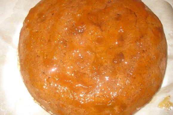 Разогреть в СВЧ абрикосовый конфитюр, покрыть ним верх торта.
