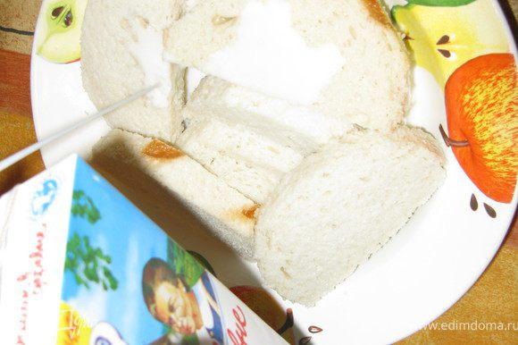 Третья составляющая фарша - намоченный в воде или молоке белый хлеб без корки, который затем как следует отжимается. Отрезанные корки выкидывать не стоит: ими потом можно будет выдавить выдавить из мясорубки остатки фарша.