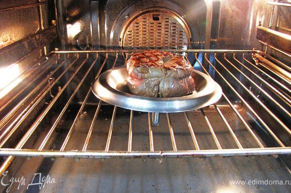 Нагрейте духовку до 150 градусов. Положите стейк на маленькую сковороду или как я - на перевернутую крышку от маленькой кастрюли на решетке. Жарьте в духовке еще 20 минут.
