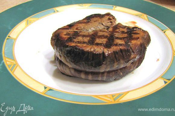 """Достаньте стейк из духовки и проверьте на готовность. Пощупайте мясо. Если оно мягкое как губа - оно """"с кровью"""", если как нос - средней прожарки, если как лоб - сильной прожарки (спасибо Gnomus). Если у вас есть мясной термометр - воткните его перед духовкой и смотрите за изменением температуры - при 70 градусах мясо среднепрожаренное, а при 75 градусах мясо полностью прожарено. Я сделал средней прожарки."""