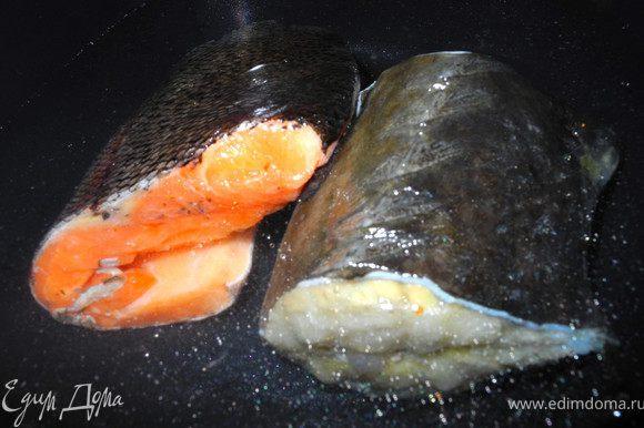 Сварим бульон. Зальем рыбу холодной водой, добавим луковицу и соль и доведем до кипения на слабом огне. Варим минут 10, пену обязательно удаляем. Затем луковицу выбрасываем.