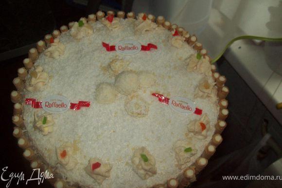 """Нанести поверх ягод тонким слоем крем. 15 конфет измельчить в блендере (охлаждённые конфеты измельчать намного удобнее) и посыпать поверх крема.Накрыть вторым коржом.Оставшимся кремом смазать верх и бока торта.Украсить конфетами """"Raffaello"""" выкладывать по желанию В заключении, обсыпать торт со всех сторон кокосовой стружкой.Я ещё украсила взбитыми сливками, цукатами и трубочками!"""