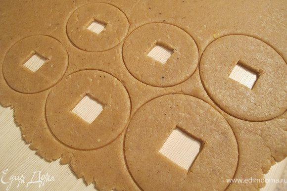 """Из муки, яйца и сливочно масленной смеси вымешайте тесто ,заверните в пищевую плёнку и поставте на холод ,на 6-8 часов или на ночь. Достаньте тесто ,дайте ему отдохнуть от холодильника ,раскатайте и вырежите диски (я пользовалась формочками от """"Рождественского колокольчика """",но если нет то просто стаканом и рюмочкой . Выпекаем 10-12 минут при 180*"""