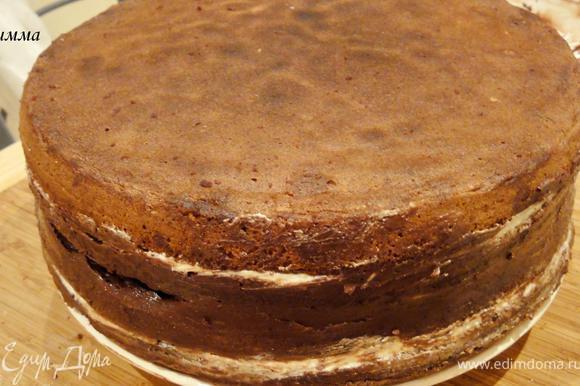 Две половинки соедините, намазав предварительно между ними ганаш. Не забудьте смазать бока торта. Уберите в холодильник на 3-4 часа (у меня стоял ночь).