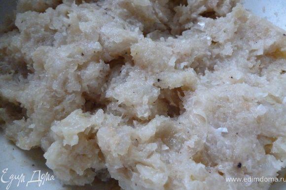 Сначала приготовим фарш:Лук нарезать полукольцами и слегка обжарить на растительном масле(полторы луковицы),остудить.Пропустить через мясорубку филе рыбы,обжаренный лук и половинку сырой луковицы и вымоченный в молоке белый хлеб,посолить и поперчить,добавить слегка взбитые яйца и все это хорошо перемешать до однородной массы.Готовый фарш отправляем на 1час в холодильник.