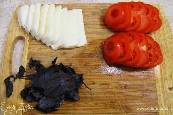 Помидоры, сыр, мясной рулет - в пол сантиметра, огурчики - три миллиметра толщиной.