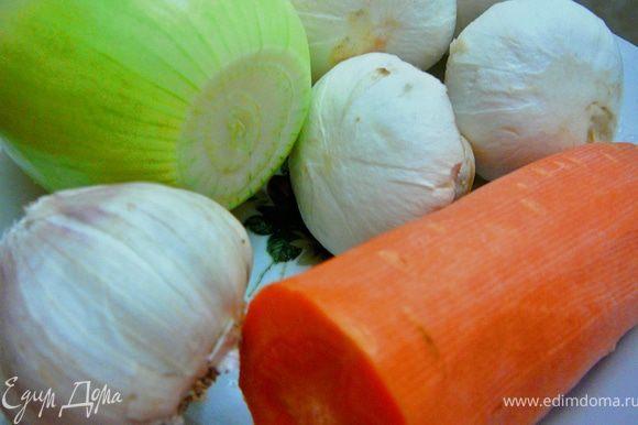 Лук режем на четверти,нарезаем тонко,грибы(я чищу шампиньоны)моем,обсушиваем,нарезаем пластинками,морковь натираем на крупной терке.