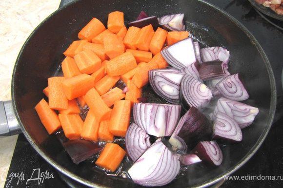 Обжарьте лук с морковью в масле, оставшимся от бекона минут 10, периодически помешивая.