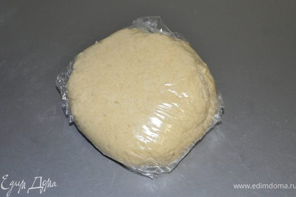 Скатать тесто в шар, обернуть пищевой пленкой и отправить на 30 мин в холодильник.