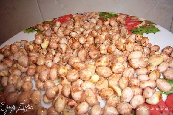 Остывшие орехи,полей тёплой глазурью и перемешай ложкой,чтобы все орешки стали влажными