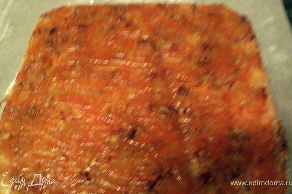Подготовить форму для выпечки белого бисквита. Выложить яблочно-тыквенную начинку, разровнять.