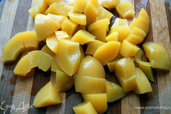 Персики нарезать не очень мелко.
